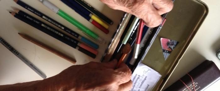 Frau S.zählt ihre Stifte